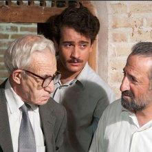 The paternal house: Mehran Rajabi in una scena di gruppo del film