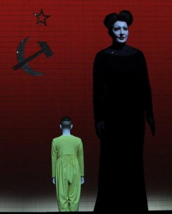 Bob Wilson's Life & Death of Marina Abramovic: Marina Abramovic in una scena del documentario teatrale su Marina Abramovic