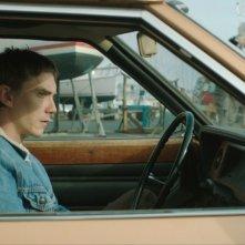 Crawl: il protagonista Swann Arlaud nei panni di Martin, un giovane che vive di espedienti che si innamora di una nuotatrice