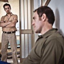 I padroni di casa: Elio Germano e Valerio Mastandrea nei panni di due fratelli operai edili romani in una scena