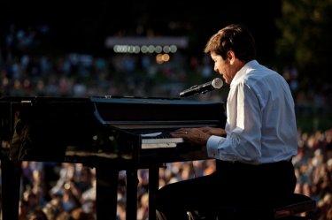 I padroni di casa: Gianni Morandi durante un concerto nei panni del cantante Fausto Mieli