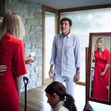 I padroni di casa: Gianni Morandi insieme a Valeria Bruni Tedeschi in una scena