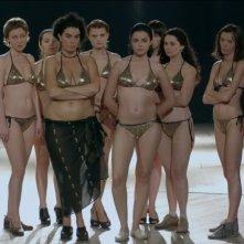 Keep Smiling: le dieci donne protagoniste del film, concorrenti di un concorso di bellezza, in una scena