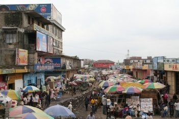 Kinshasa Kids: il mercato di Kinshasa in una scena del film