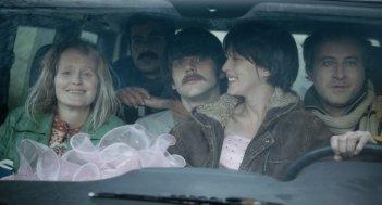 Queen of Montreuil: l'allegra brigata del film in auto in una scena del film