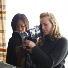 Stories We Tell: la sceneggiatrice e regista del film Sarah Polley sul set insieme al direttore della fotografia Iris Ng