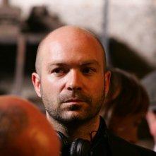 The Tightrope: il regista Simon Brook sul set alla Tour Eiffel