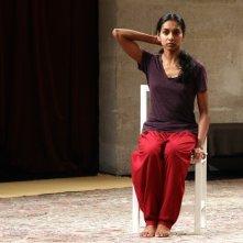The Tightrope: l'attrice e danzatrice Shantala Shivalingappa in una scena