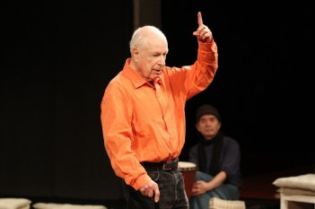 The Tightrope: un'immagine del grande Peter Brook durante una lezione di teatro