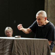 The Tightroper: Yoshi Oida in una scena del docu-film teatrale di Simon Brook