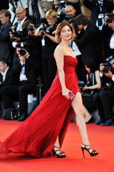 719635aac76a Venezia 2012  Violante Placido in rosso... sul tappeto rosso Un abito ...