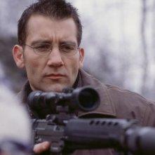 Clive Owen in una scena del film The Bourne Identity