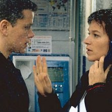 Matt Damon e Franka Potente in una scena del film The Bourne Identity