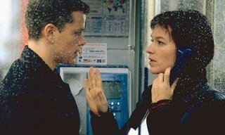 Matt Damon e Franka Potente in una scena del film The Bourne Identity