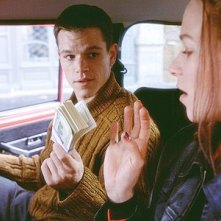 Matt Damon insieme a Franka Potente in una scena del film The Bourne Identity