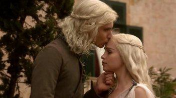 Harry Lloyd ed Emilia Clarke in una scena della prima stagione de Il trono di spade