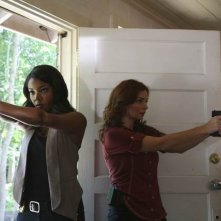 Army Wives: Gabrielle Union e Brigid Brannagh in una scena dell'episodio  Omicidio a Charleston