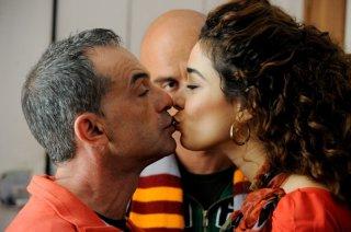 All'ultima spiaggia: Aurora Cossio bacia Antonio Giuliani in un momento del film