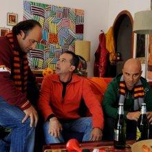 All'ultima spiaggia: Pablo e Pedro insieme ad Antonio Giuliani in una scena