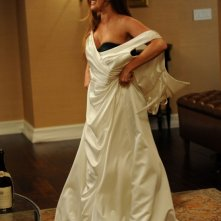 Bachelorette: Isla Fisher prova l'abito da sposa dell'amica in una scena