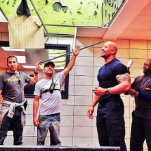 Dwayne Johnson circondato dalla crew sul set di The Fast and the Furious 6