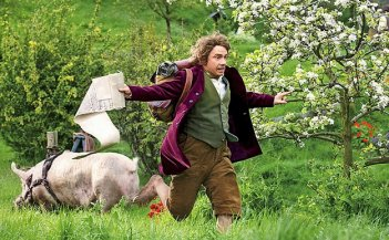 Martin Freeman corre nei prati a perdifiato in una scena di Lo Hobbit - Un viaggio inaspettato