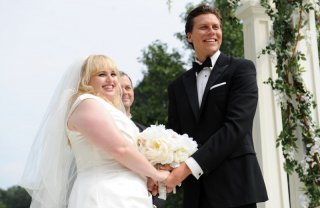 The Wedding Party: gli sposi Rebel Wilson e Hayes MacArthur in una scena