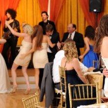 The Wedding Party: Lizzy Caplan e Adam Scott si baciano durante la festa di nozze