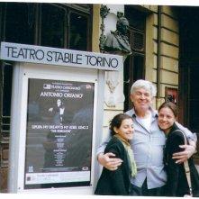Torino-Teatro Carignano /LORENZA CAROLEO con MR.GINETTO(responsabile tecnico del Carignano) e (a sinistra) LARA CHIELLINO davanti al Teatro Carignano durante una pausa delle prove di Upupa My Dream is