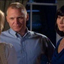 Catherine Bell e Terry Serpico in una scena dell'episodio Braccia che sorreggono della quinta stagione di Army Wives - Conflitti del cuore