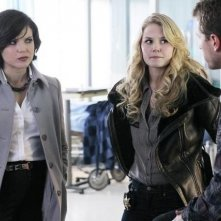 Once Upon a Time: Jennifer Morrison, Lana Parrilla e Josh Dallas nell'episodio Red-Handed
