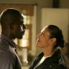 Sterling K. Brown insieme a Wendy Davis in un momento dell'episodio Decisioni difficili della quinta stagione di Army Wives - Conflitti del cuore