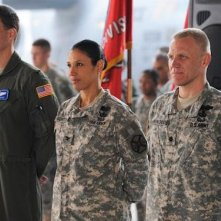 Wendy Davis e Terry Serpico in una scena dell'episodio Contromisure della quinta stagione di Army Wives - Conflitti del cuore