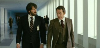 Argo: Ben Affleck in una scena del film insieme a Bryan Cranston