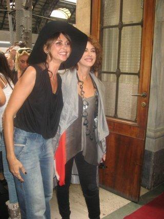 Cesaroni 5: Elena Sofia Ricci ed Elda Alvigini alla stazione di Milano durante il Cesaroni Day del 12 Settembre 2012