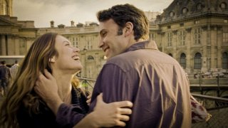 Olga Kurylenko e Ben Affleck in una romantica immagine di To the Wonder