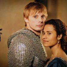 Angel Coulby iniseme a Bradley James in una immagine promozionale della quinta stagione di Merlin