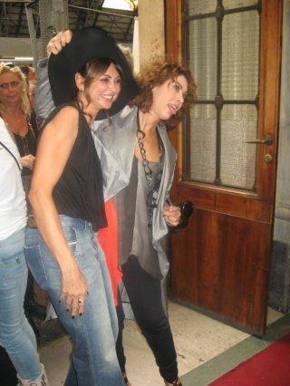 Cesaroni 5: Elena Sofia Ricci ed Elda Alvigini scherzano alla stazione di Milano durante il Cesaroni Day del 12 Settembre 2012