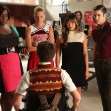 Darren Criss, Heather Morris, Jenna Ushkowitz e Alex Newell in un momento dell'episodio The New Rachel della quarta stagione di Glee