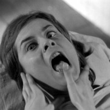 Juliette Mayniel spaventata in una scena del film Occhi senza volto (1960)