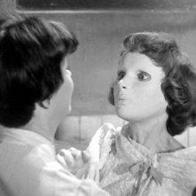 Occhi senza volto: Edith Scob con Alida Valli (di spalle) in una sequenza del film