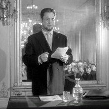 Pierre Brasseur in una scena del film Occhi senza volto