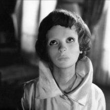 Edith Scob al telefono in una sequenza del film horror Occhi senza volto (1960)