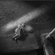 Juliette Mayniel in una scena drammatica del film Occhi senza volto (1960)