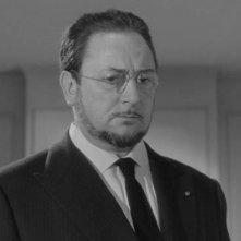 Pierre Brasseur in una sequenza del film Occhi senza volto (1960)