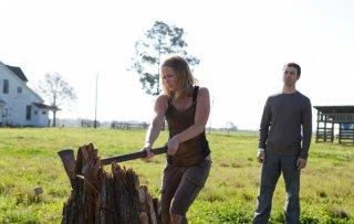 Emily Blunt e Joseph Gordon-Levitt in una scena di Looper