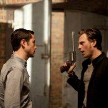 Joseph Gordon-Levitt e Noah Segan in una scena di Looper