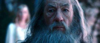 Un primo piano di Ian McKellen, con Cate Blanchett sullo sfondo, in Lo Hobbit - Un viaggio inaspettato