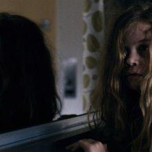 Mama: la piccola Megan Charpentier in una scena dell'horror diretto da Andres Muschietti