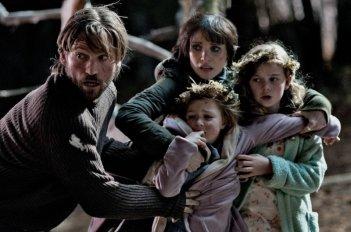 Mama: Nikolaj Coster-Waldau, Jessica Chastain in una scena del film con le piccole Megan Charpentier e Isabelle Nélisse